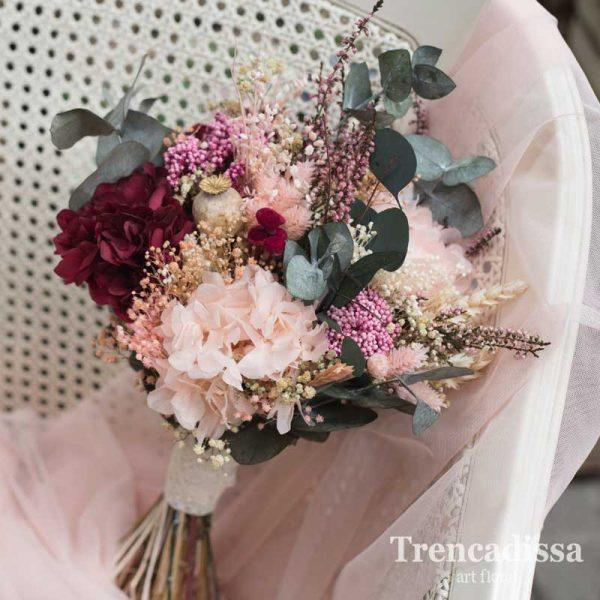 Ramo de novia con flors preservadas en tonos rosa, granate y verde, silvestre