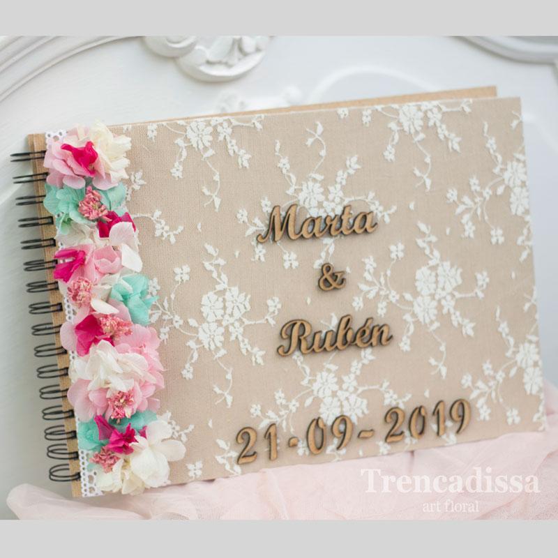 Libro de firmas para boda decorado con flor seca y preservada a juego con el ramo