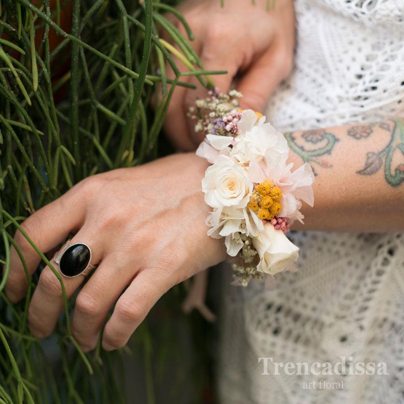 Pulsera con flor seca y preservada y rosas de pitiminí para novias