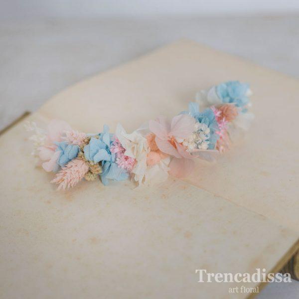 Semicorona de flores preservadas en tonos pastel