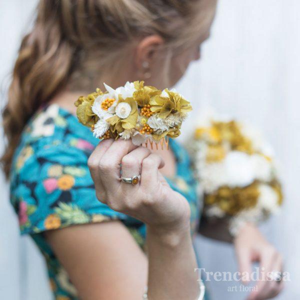 Peineta con flores preservadas en tonos ocre y blanco