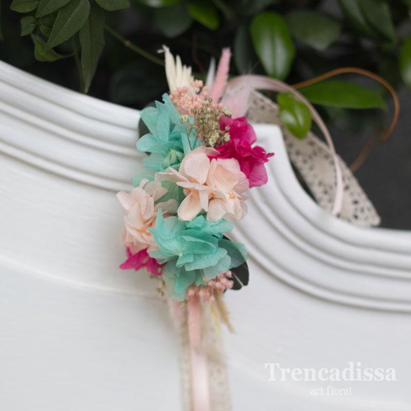 Pulsera con flores preservadas en turquesa y fucsia