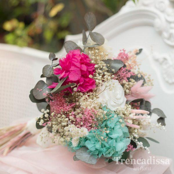Ramo de novia preservado en turquesa, fucsia, rosa y blanco, con rosa preservada.