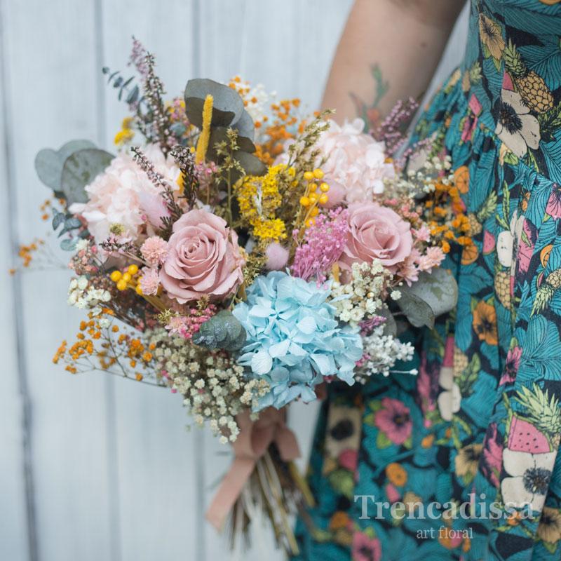 Ramo de novia con flor seca y preservada en tonos pastel, rosa y azul