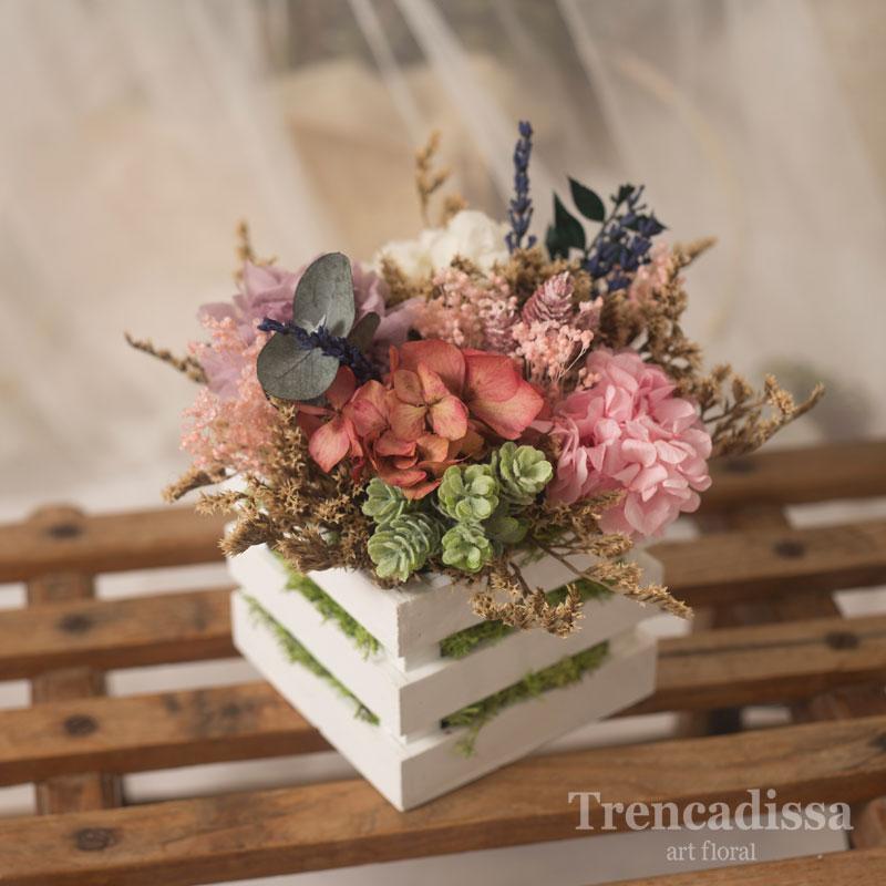 Caja de madera con hortensia rosa preservada