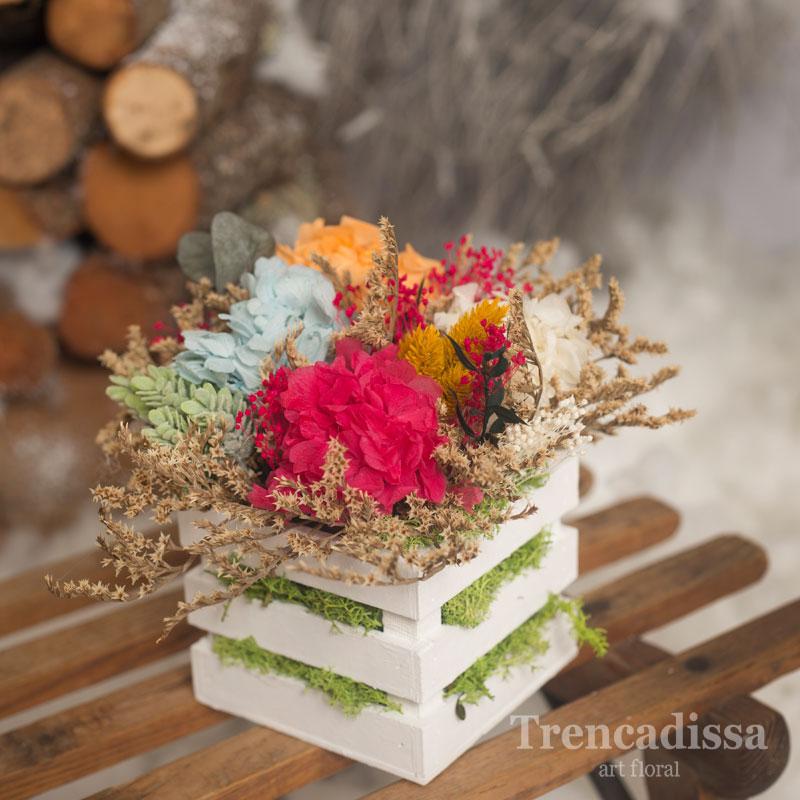 Caja de madera con flor seca y preservada con hortensia y flor variada