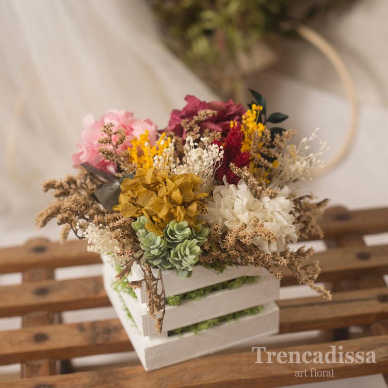 Caja de madera con flor preservada en tonos ocres