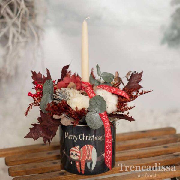 Macetero de cerámica con vela y flores preservadas, una composición floral en tonos granates, beige, blanco, rojo y verde. Una composición para decorar espacios en Navidad.