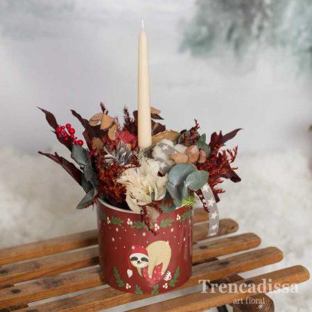 Macetero de cerámica con vela y flores preservadas