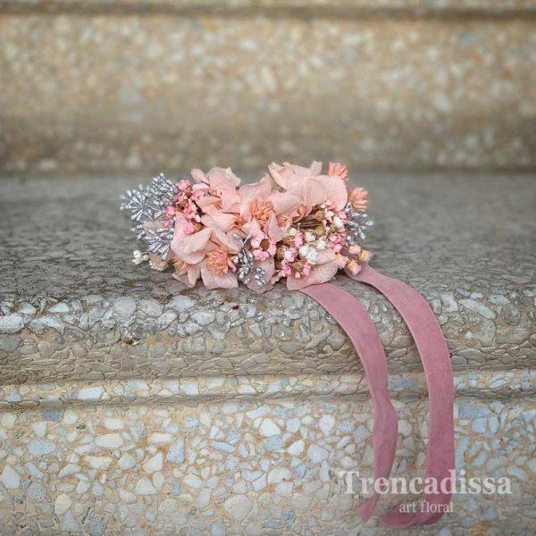 Pulsera floral para eventos en tonos rosados