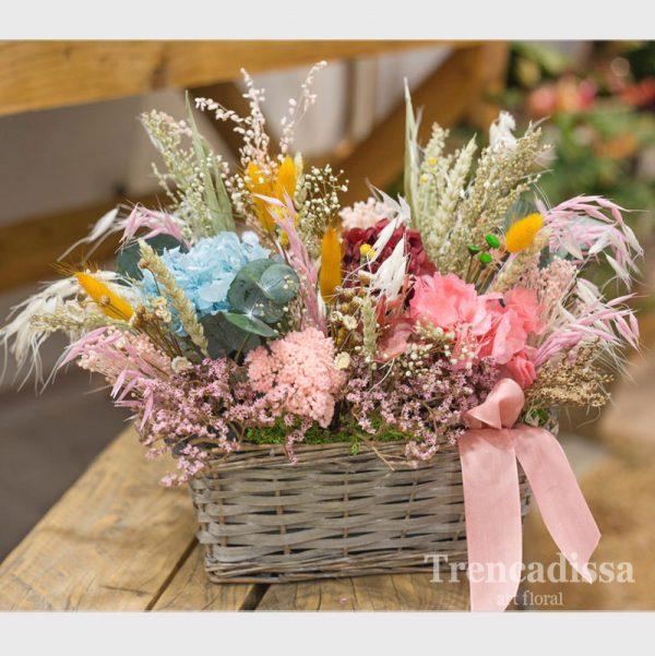 Cesta de mimbre con flor seca y preservada