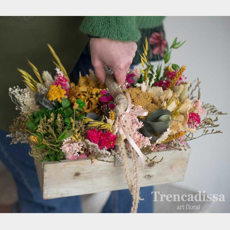 Caja de madera con asa, con flores secas y preservadas