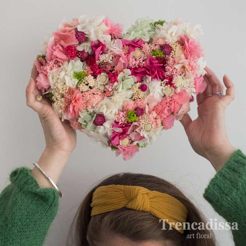 Corazón con flor seca y preservada en tonos rosa, especial San Valentín
