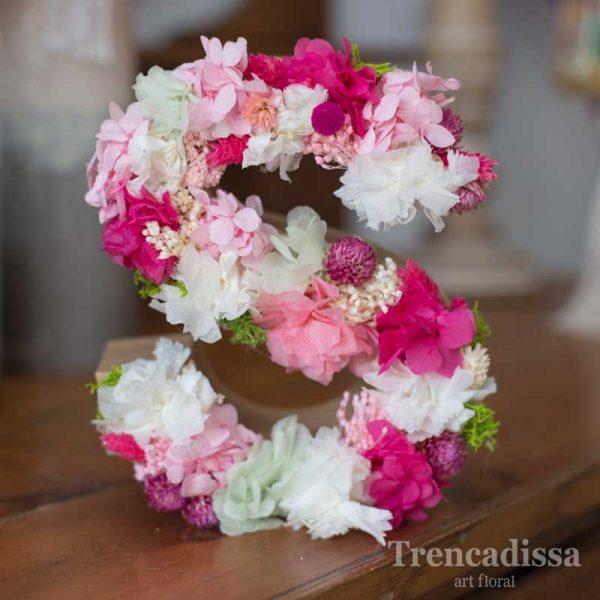 Iniciales con flor seca y preservada