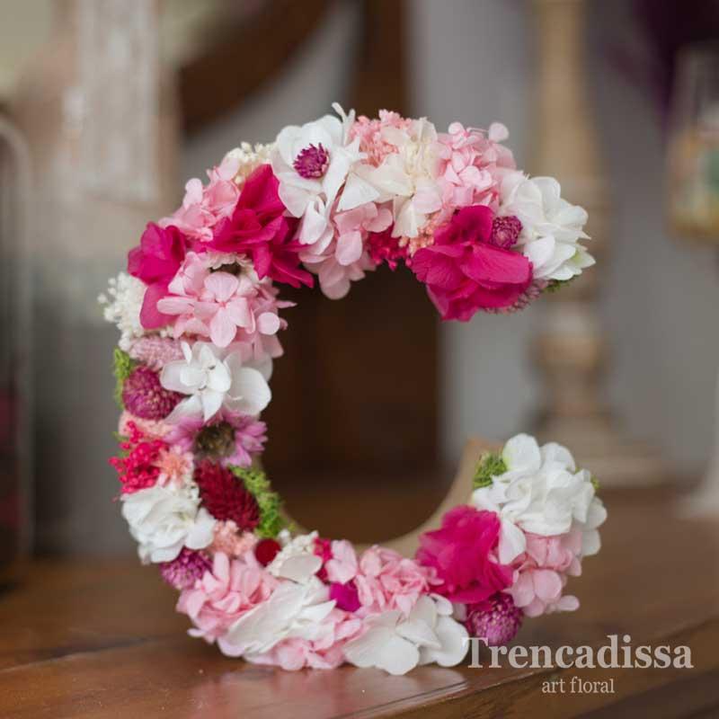 Camille, letra decorada con flor preservada