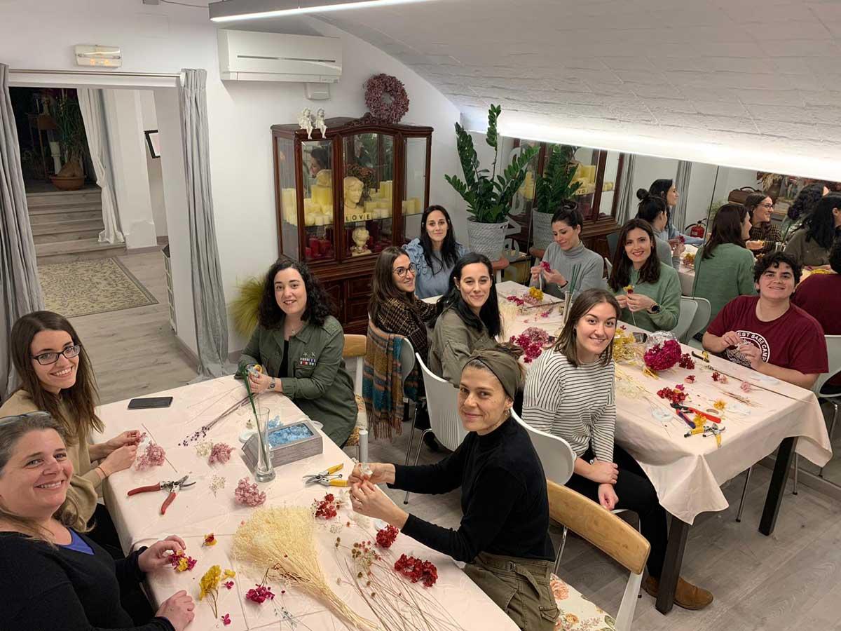 Talleres de coronas florales de despedida en Badalona