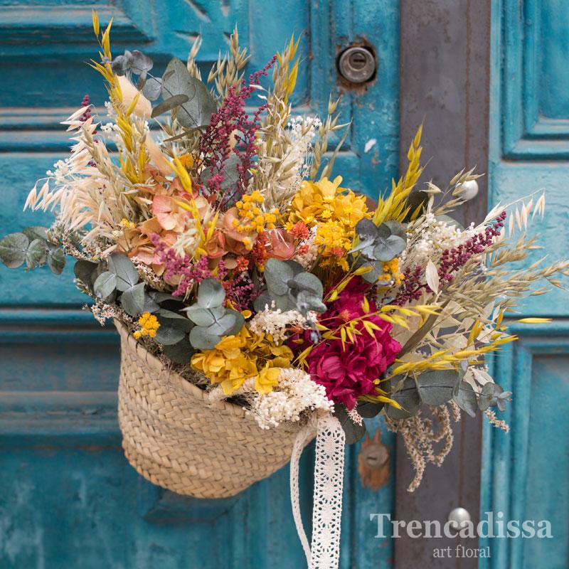 Capazo decorativo con flor seca y preservada con tonos variados