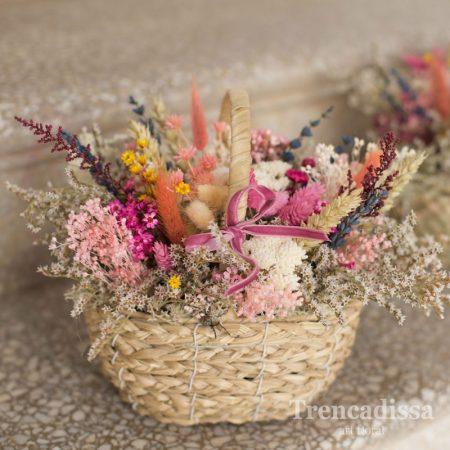 Cesta de palma con flor seca y preservada con tonos rosa