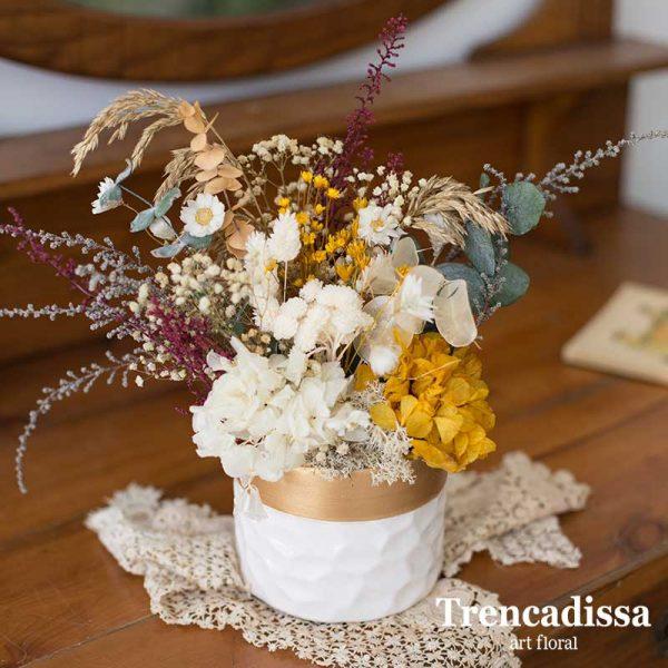 Centro de cerámica con flor seca y preservada verde, ocre y granate