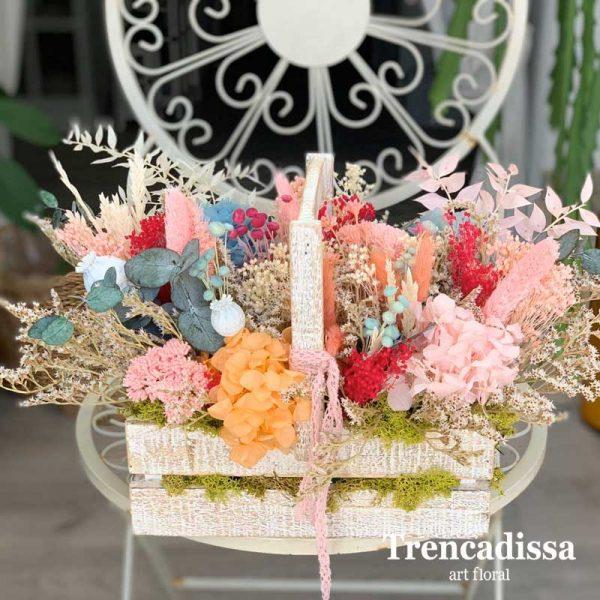 Caja de madera con asa y flor preservada para decoración, en tonos variados, de estilo silvestre. Perfecta para decorar espacios y eventos.