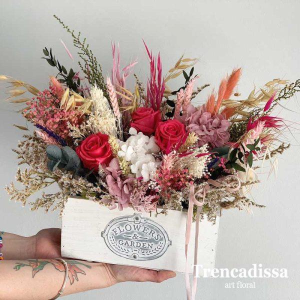 Caja de madera blanca con flores preservadas