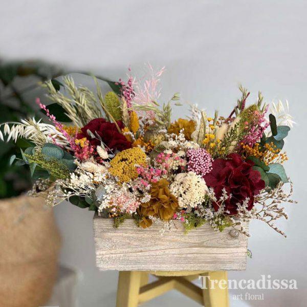 Caja de madera con flores secas y preservadas