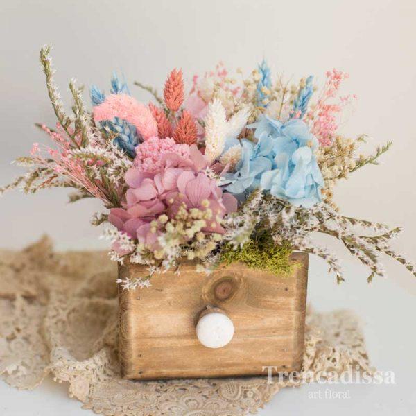 Cajón de madera con flores preservadas con hortensia azul y rosa venta online