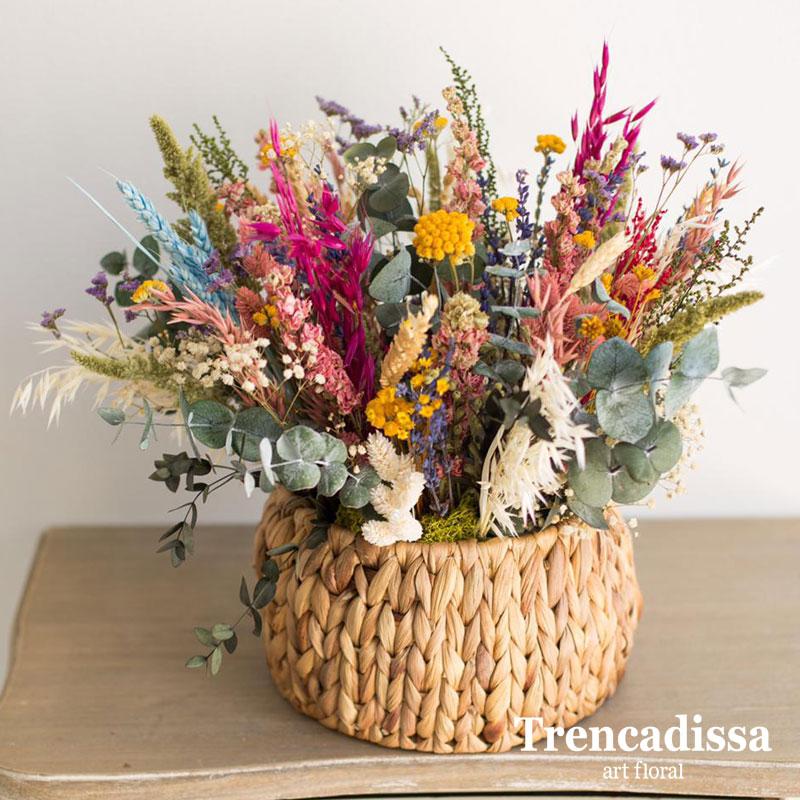 Cesta de palma con flor seca y preservada