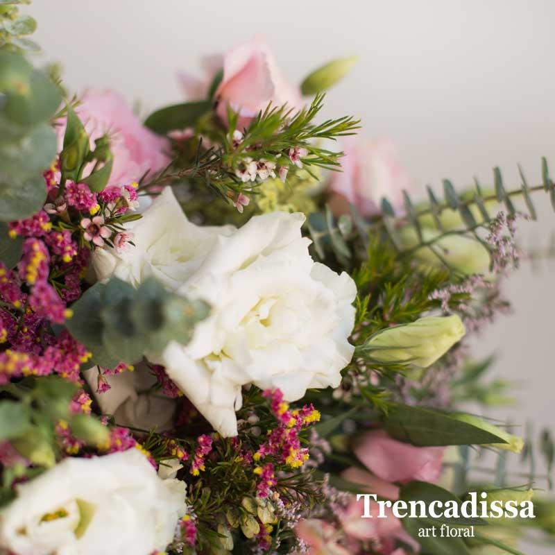 Ramo de flores naturales con eucalipto y lisianthus rosa y blanco