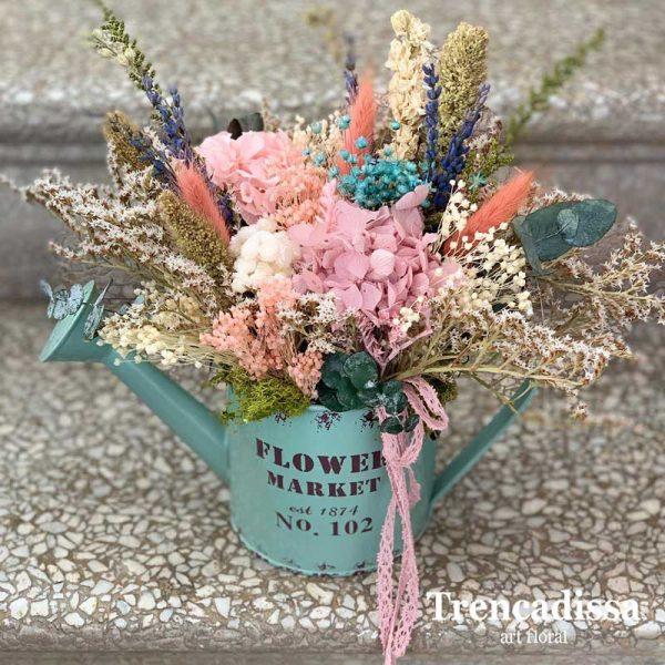 Regadera con flor seca y preservada