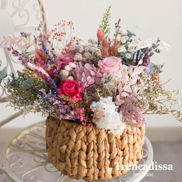 Centro con flor seca y preservada realizado con un recipiente de fibra de coco , en tonos rosas, fucsias, lilas y blancos