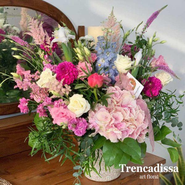 Centro de flores naturales en tonos rosa