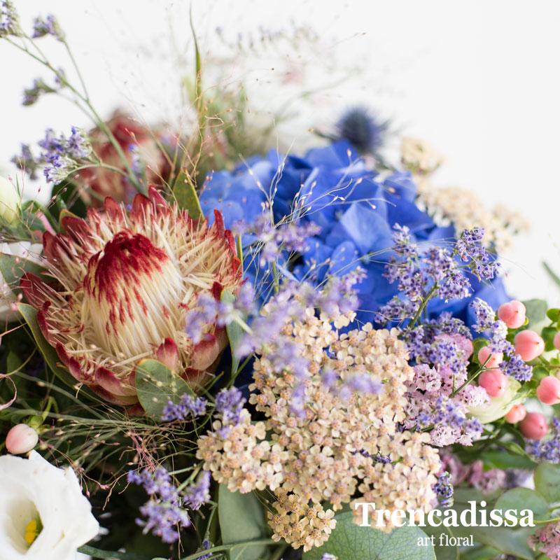 Centro floral con hortensia Protea Hypericum Limonium Dhalias Achillea Lisianthus Ergynium Verdes varios