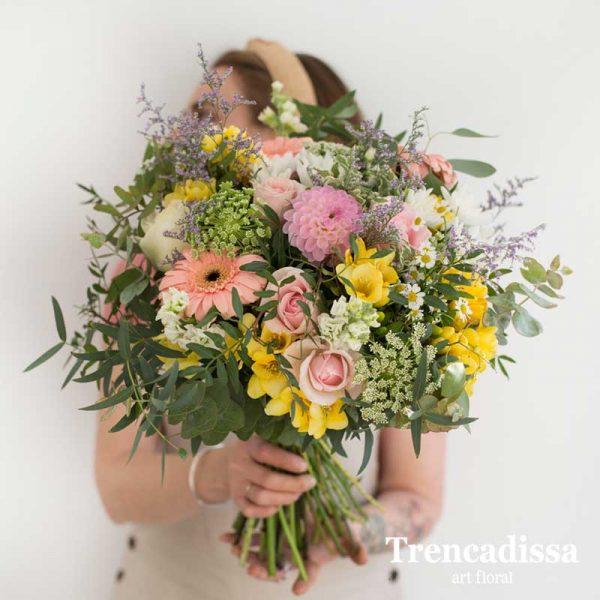 Omelia, ramo natural con rosas, gerberas, freesia, amimajus, dhalia, limonium, manzanilla, alheli, venta online desde floristería Trencadissa en Badalona.