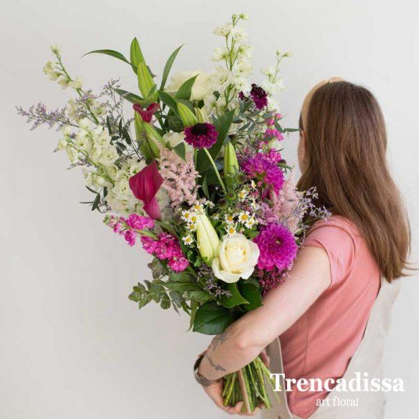 Ramo de flores naturales en crema, rosa y verdes