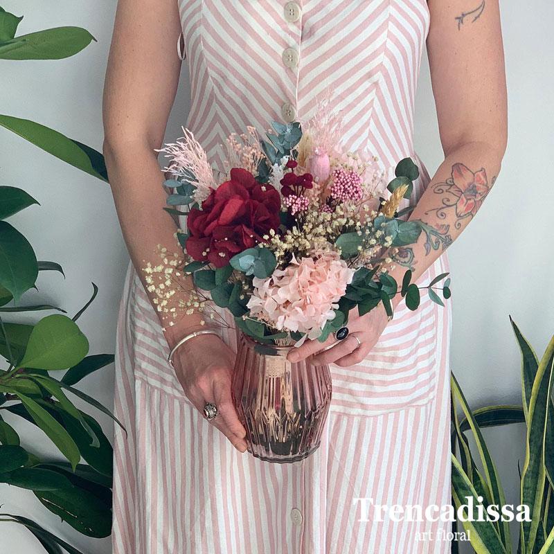 ramo de flores preservadas con jarrón de vidrio