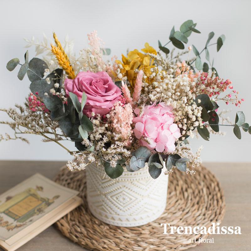 Centro de cerámica con flores secas y preservadas