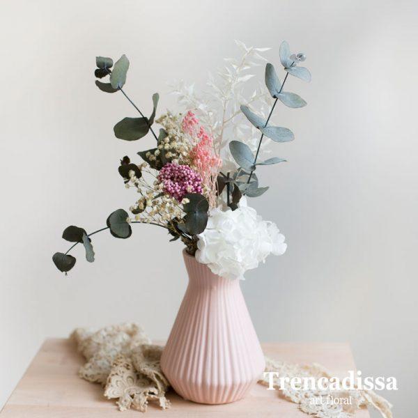 Jarrón de cerámica rosa con flores preservadas