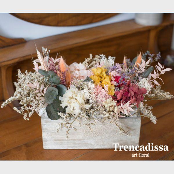 Caja de madera con flor seca y preservada, en floristería de Badalona