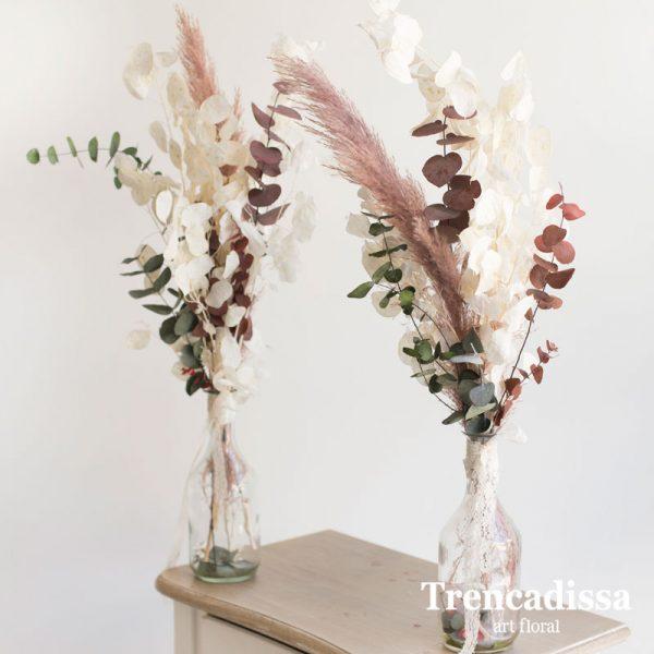 Jarrón de cristal con flor seca y preservada