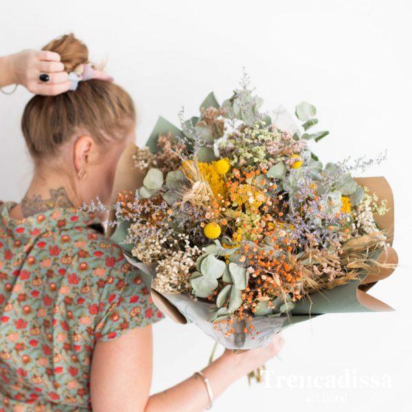 Ramo con flores secas para colocar en un jarrón en casa