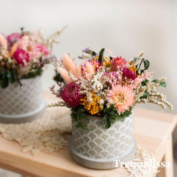 Recipiente de cemento con flor seca y preservada venta online