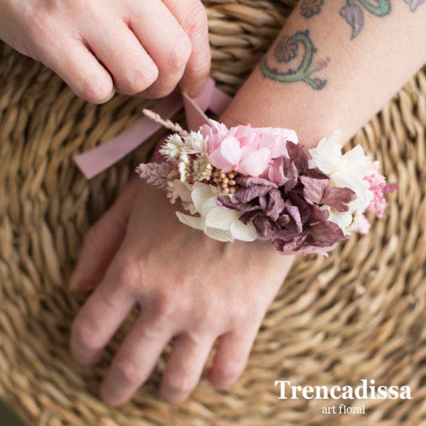 Pulsera floral preservada en tonos rosa y burdeos