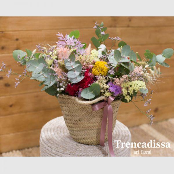 Capazo decorativo con flor seca y preservada en tonos variados, floristería en Badalona