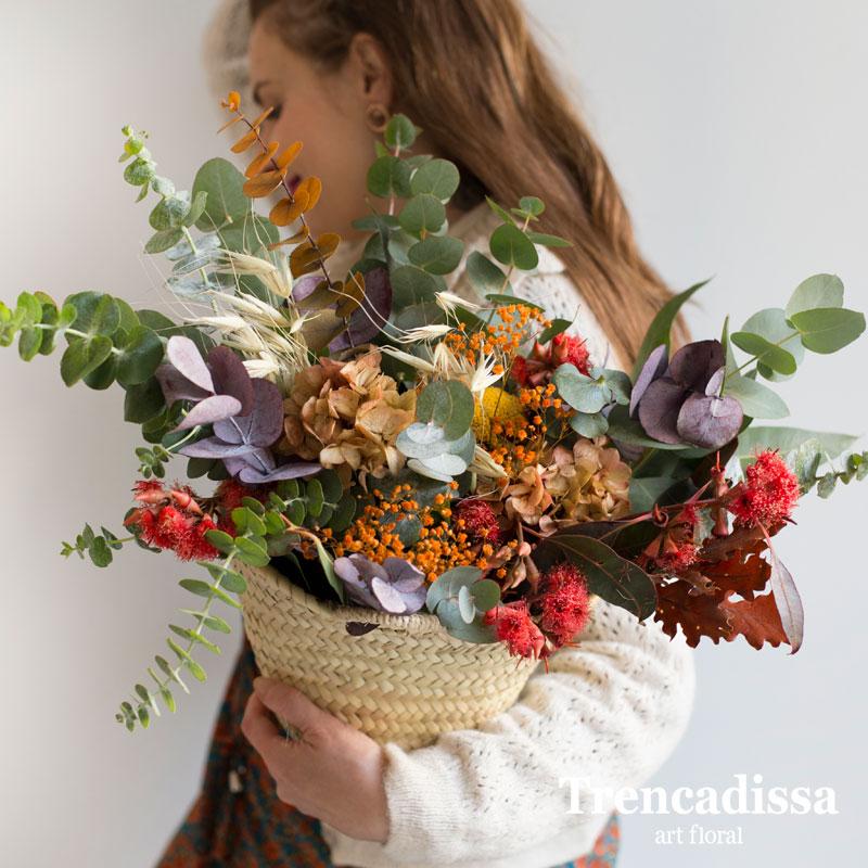 Capazo decorativo con flor seca y preservada en tonos variados, venta online