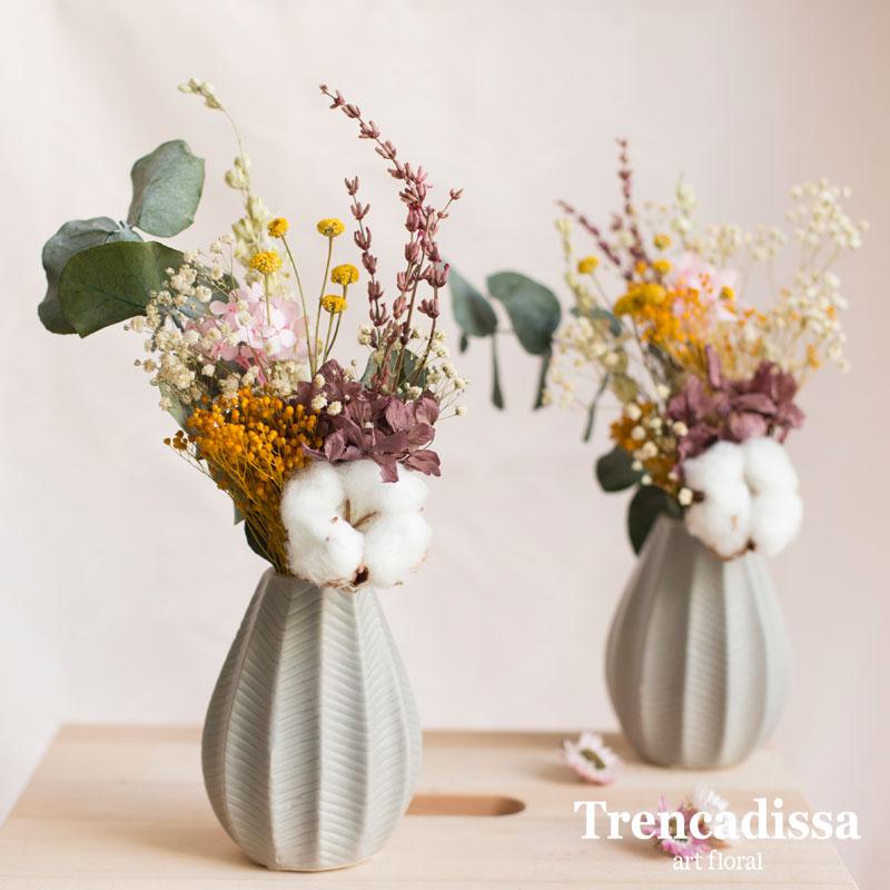 Jarrón de cerámica gris perla con flores preservadas