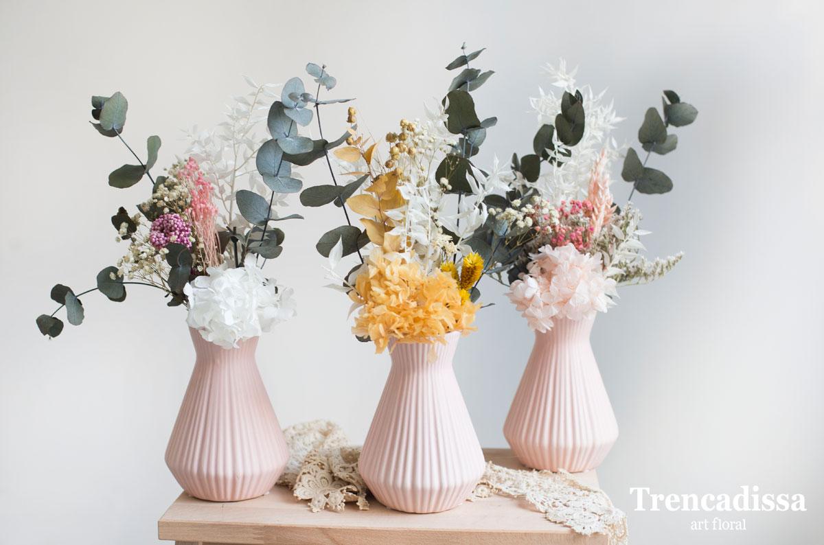 Jarrón de cerámica con flores preservadas