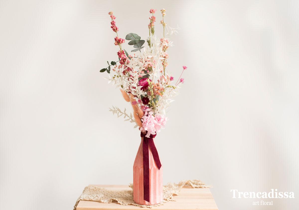 Jarrones de vidrio rosa con flor preservada