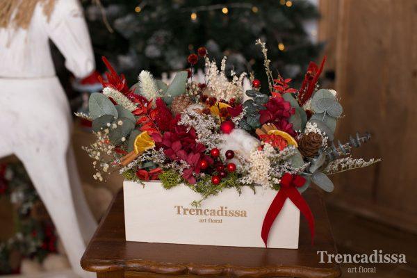 Composición con flor seca y preservada realizada en nuestras cajas de madera personalizadas con nuestro logo.