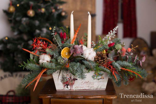 Composición natural realizada en una preciosa caja de madera serigrafiada con elementos navideños.